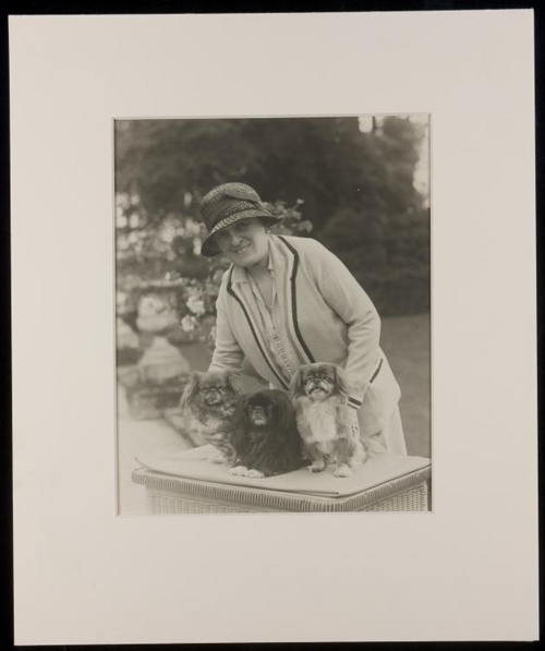 Edith_wharton_with_three_dogs
