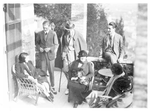 Edith_wharton_with_dogs_friends
