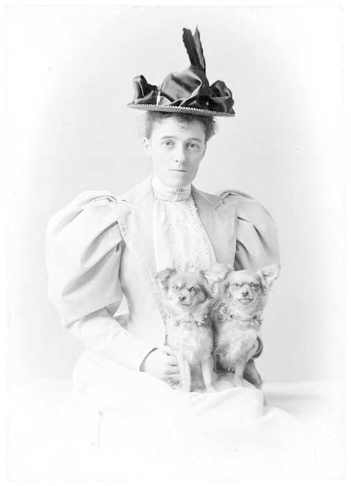 Edith_wharton_with_two_dogs_2