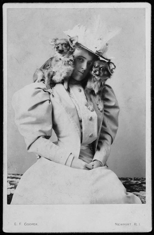 Edith_wharton_with_dogs_on_shoulders