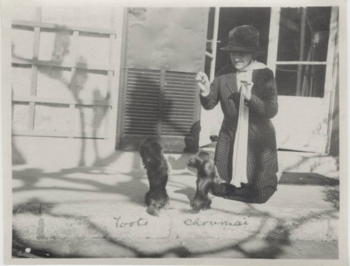 Edith_wharton_with_dogs_toots_choumai