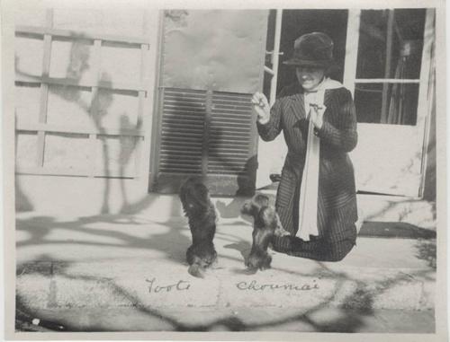 Edith_wharton_with_dogs_toots_choumai