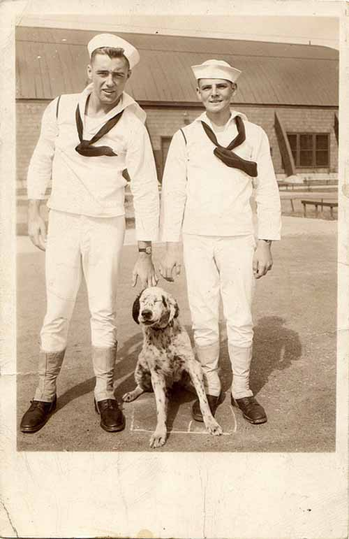 Vintage-photo-sailors-with-dog