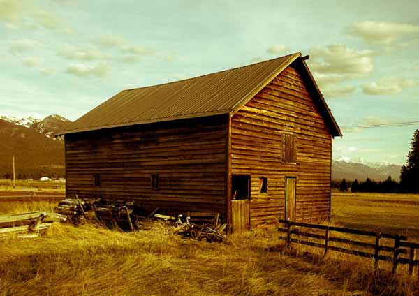 Farmrd-barn-phototaxis-montana