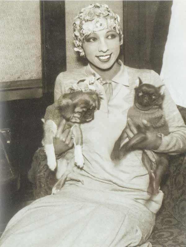 Josehine-baker-and-her-dogs-Pekingese-Baby-Girl-Brabancon-Fifi-1928