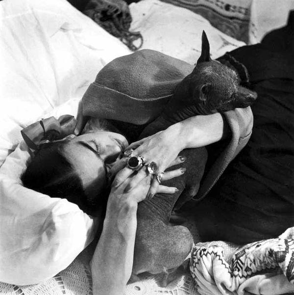 Frida-kahlo-with-her-dog